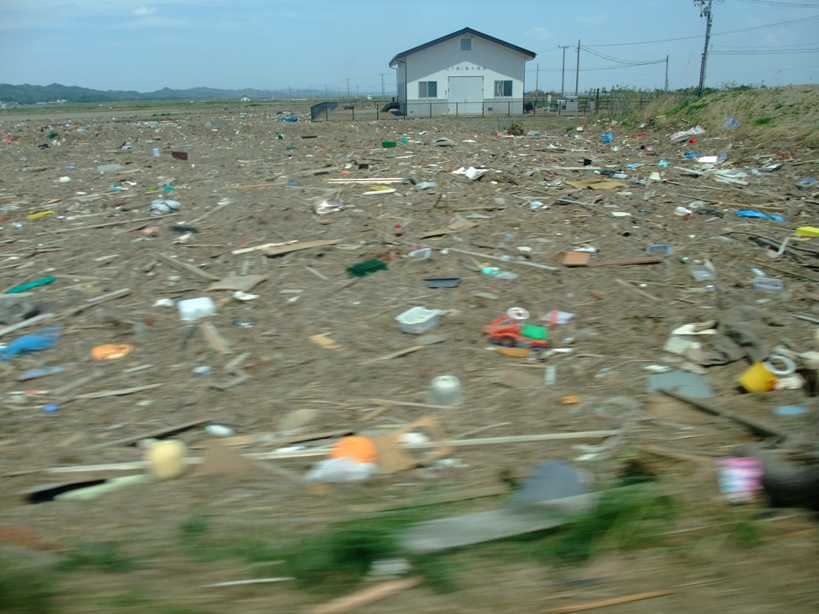 The garbage remaining after the tsunami ©まめぶろ